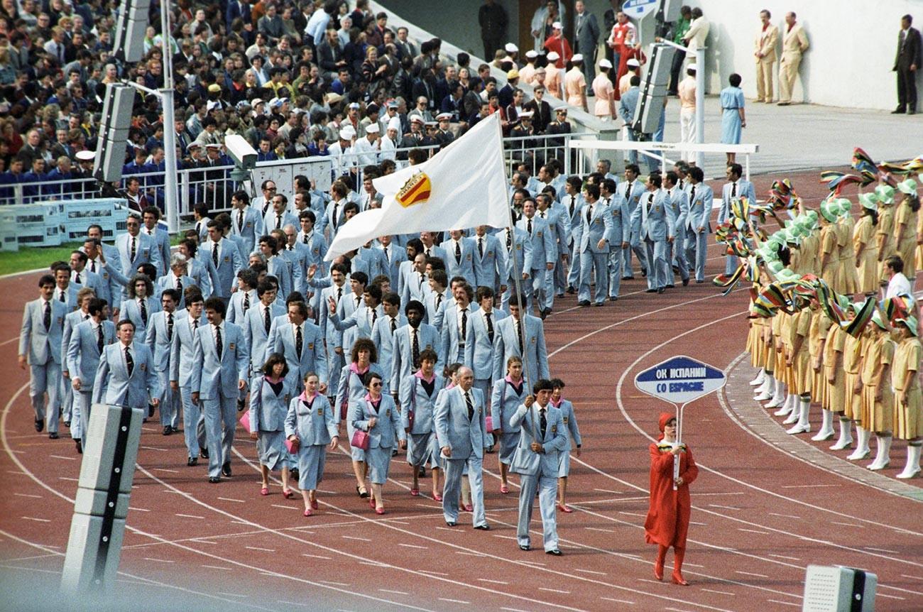 開会式でオリンピック旗の下で行進するスペイン選手たち