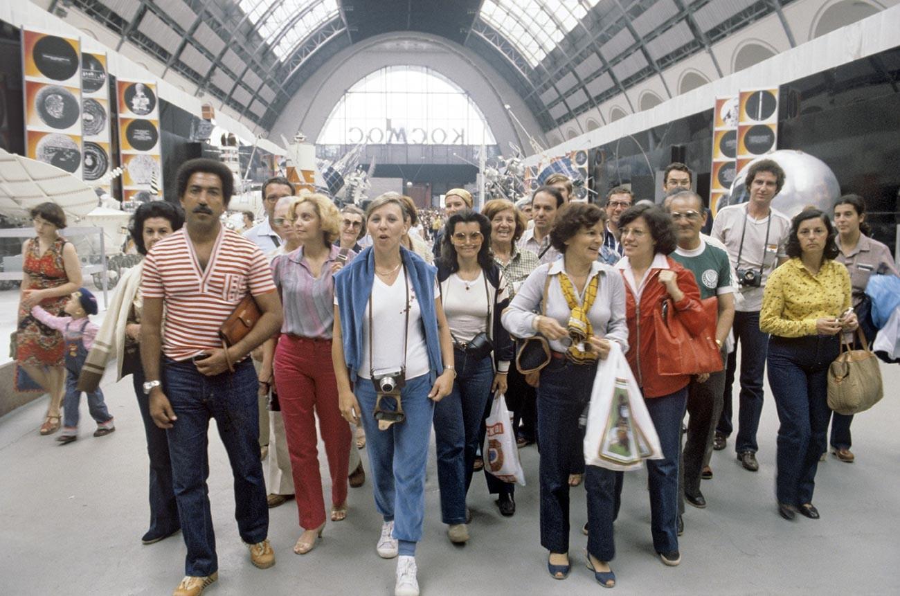 オリンピックを機にロシアを訪れたブラジルの観光客、全ロシア博覧センターにて