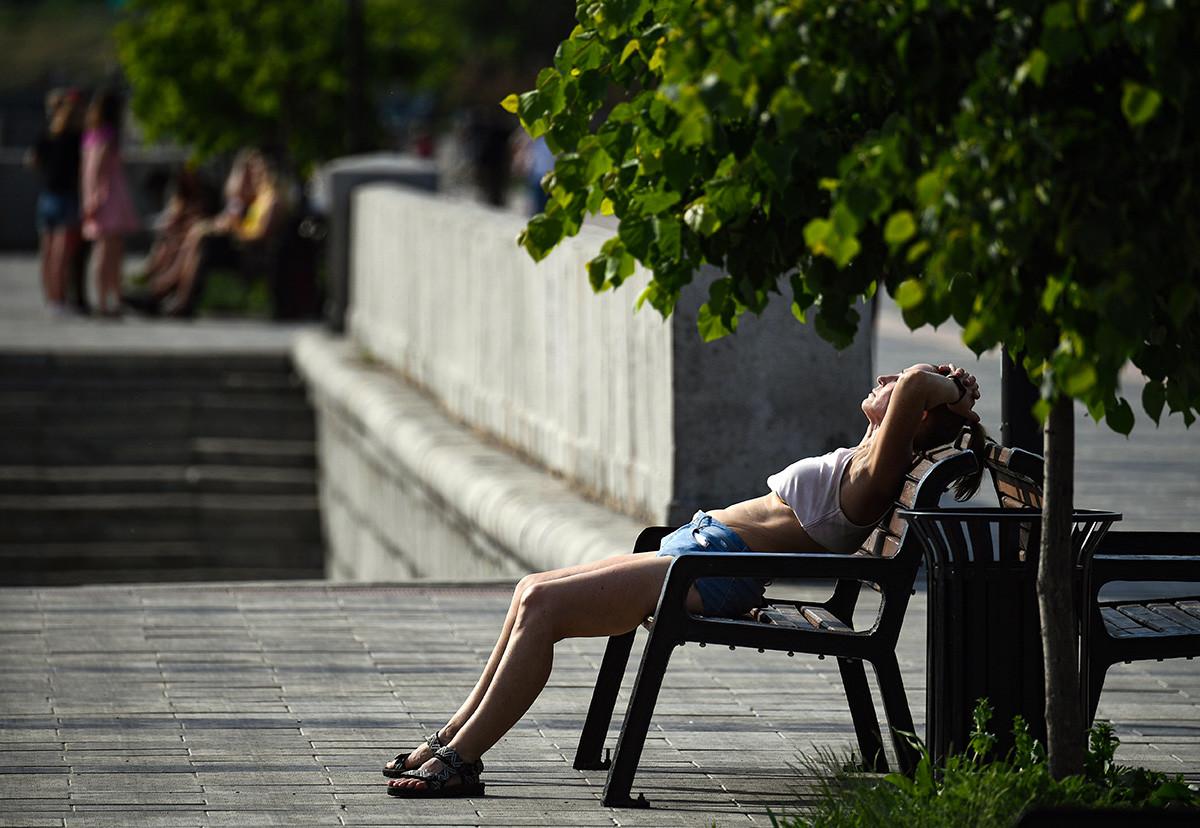 Une habitante de Novossibirsk (Sibérie) profitant de la chaleur