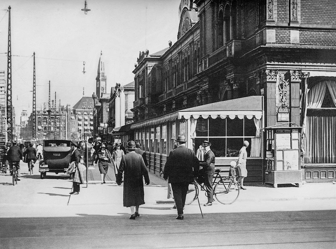 Suasana jalan yang sibuk di Kopenhagen, 1931.