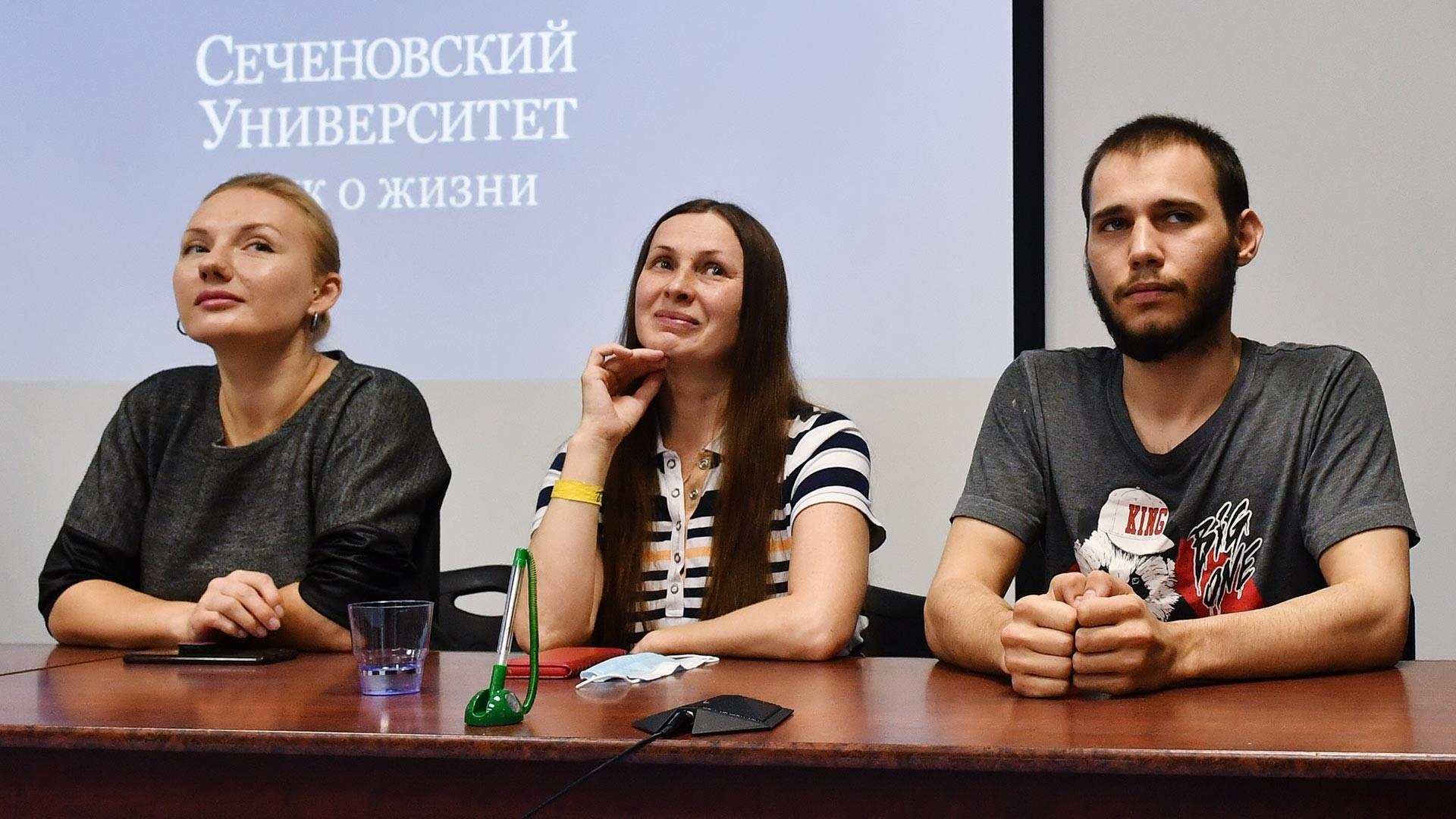 Tiga subjek penelitian hadir pada konferensi pers, dua perempuan dan satu laki-laki.