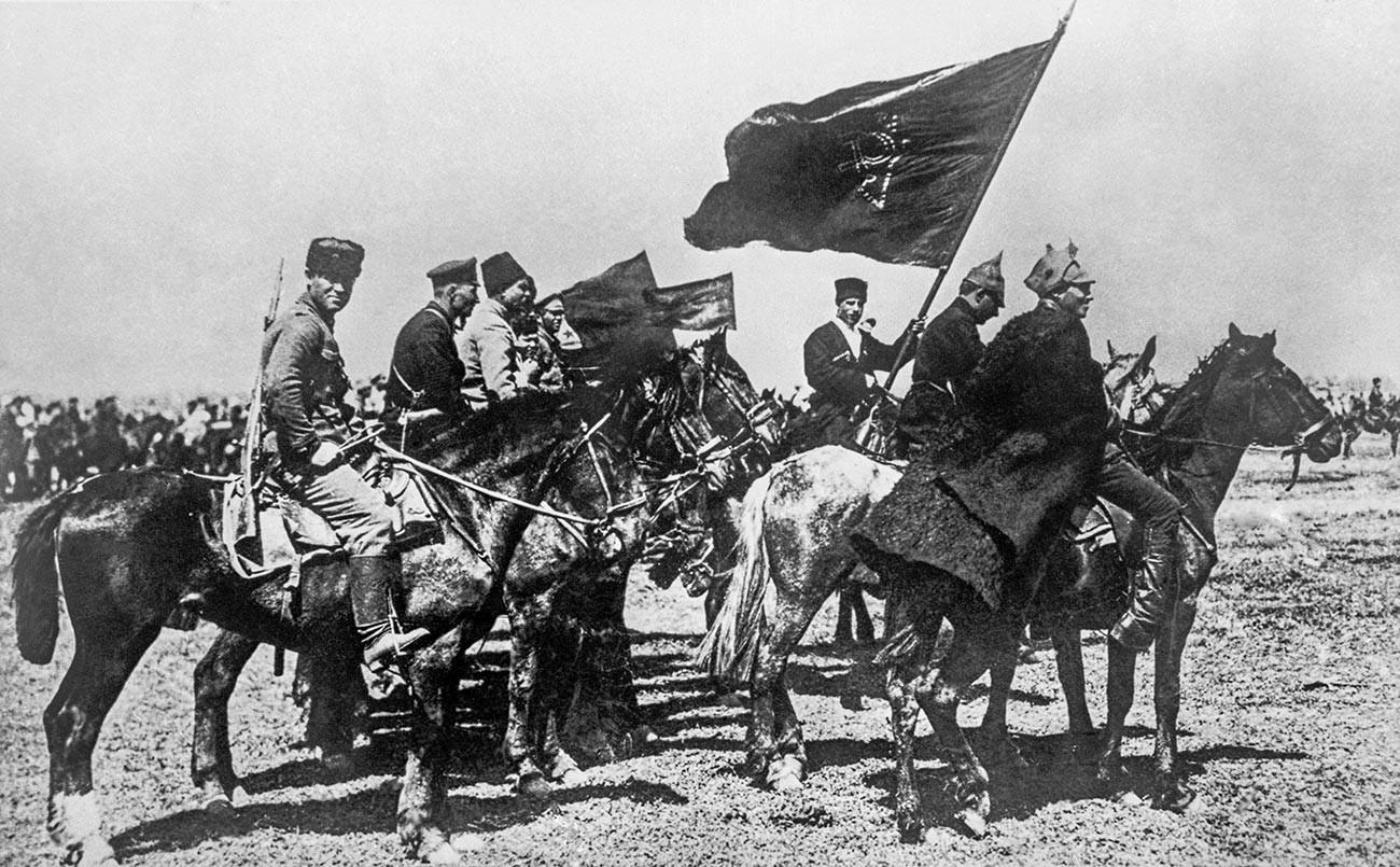 Репродукция на снимка на войници от Първа кавалерийска армия през 1920 г. по време на Гражданската война. Точната дата и местоположението не са установени.