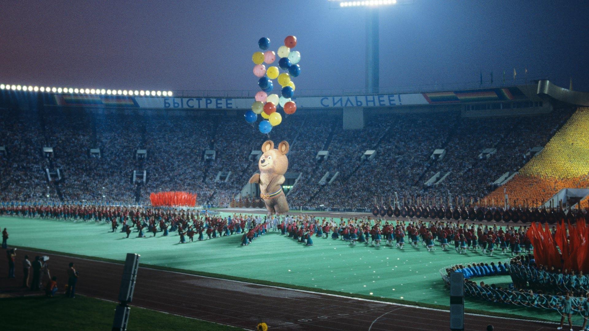 Velika športna arena Centralnega stadiona Lenina. Slovesnost ob zaprtju 22. olimpijskih iger, na kateri so v nebo spustili 8-metrsko podobo maskote Miške