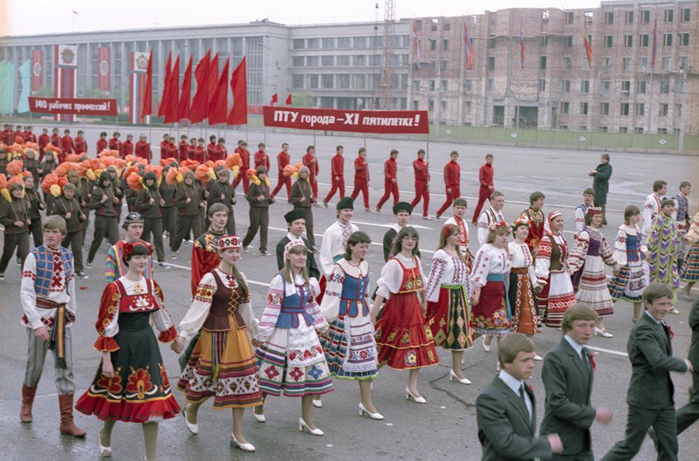 Moradores de Minsk em desfile de Primeiro de Maio de 1983