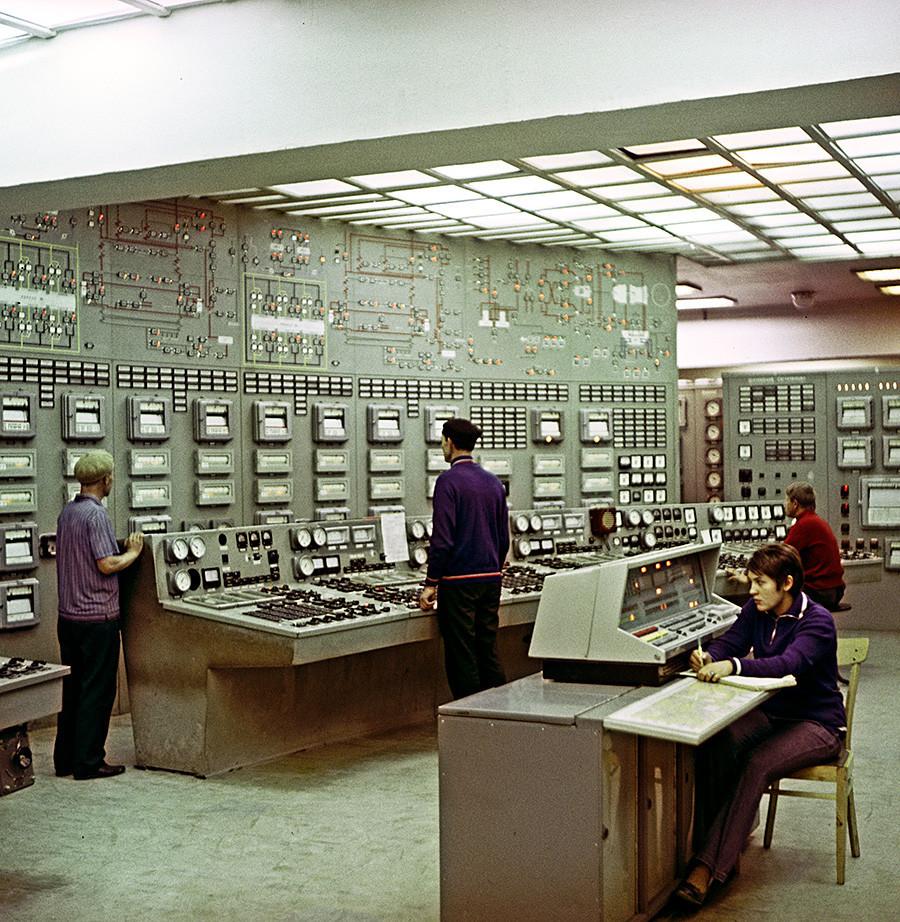 Painel de controle da Usina Termelétrica Lukoml, na cidade de Novolukoml, 1972