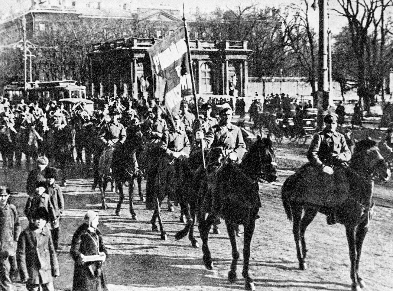 1er Régiment de cavalerie du 1er Corps de cavalerie de l'Armée rouge traversant les rues d'une ville.