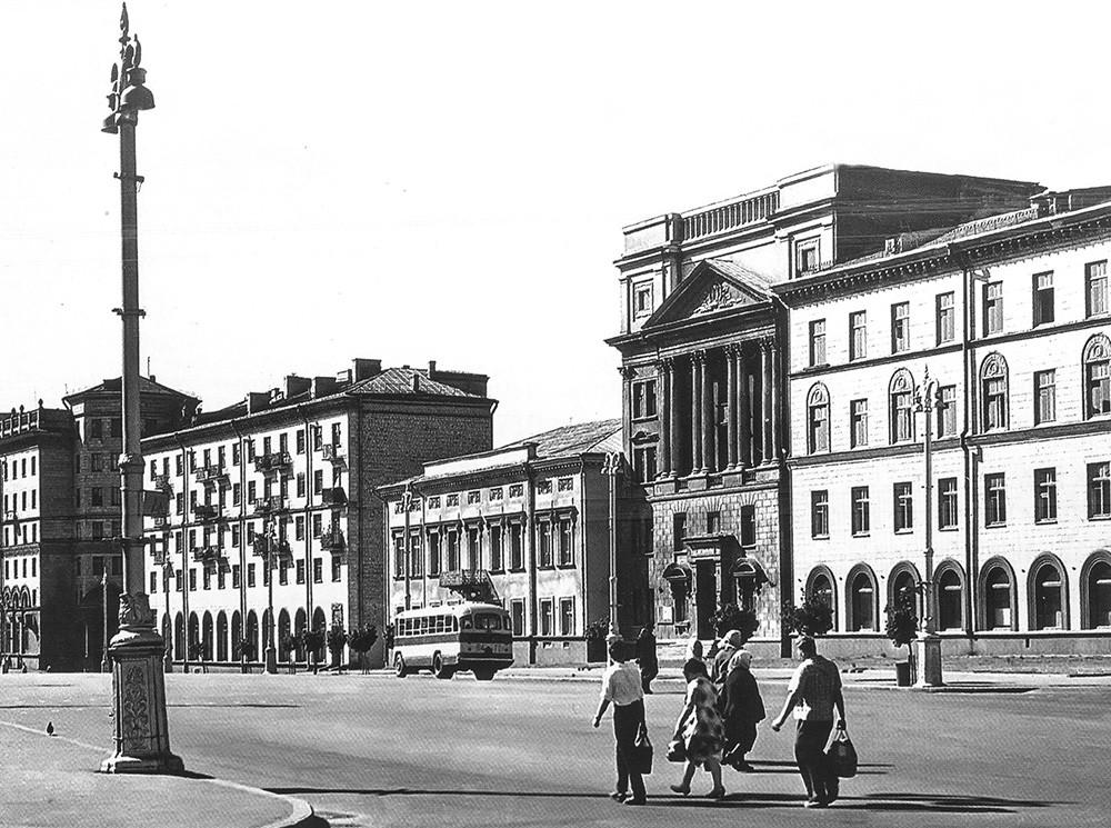 Katedral Nama yang Diberkati dari Perawan Maria (bangunan kedua dari kanan).