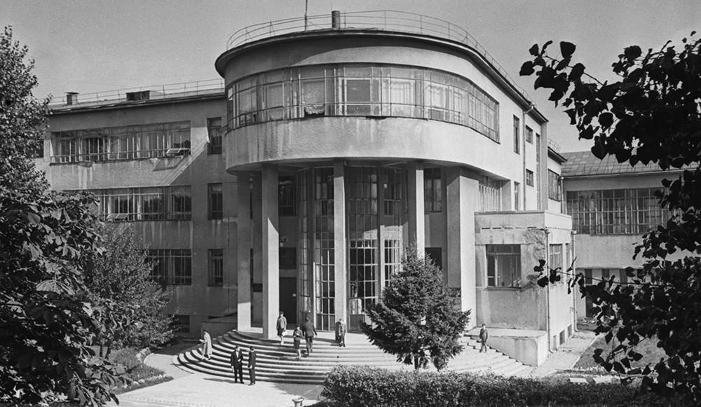 Perpustakaan Negara Belarus Soviet, sebuah mahakarya arsitektur konstruktivis, 1962.