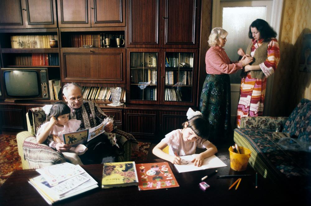 Suasana di apartemen seorang wanita Belarus yang dipekerjakan di Pabrik Traktor Minsk, 1982.