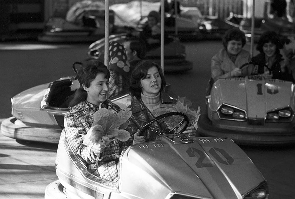 Suasana di Taman Peristirahatan dan Budaya Minsk, 1974