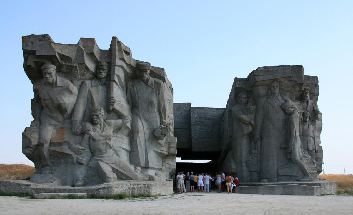 Kompozicija nad muzejem Adžimuškajski kamnolom