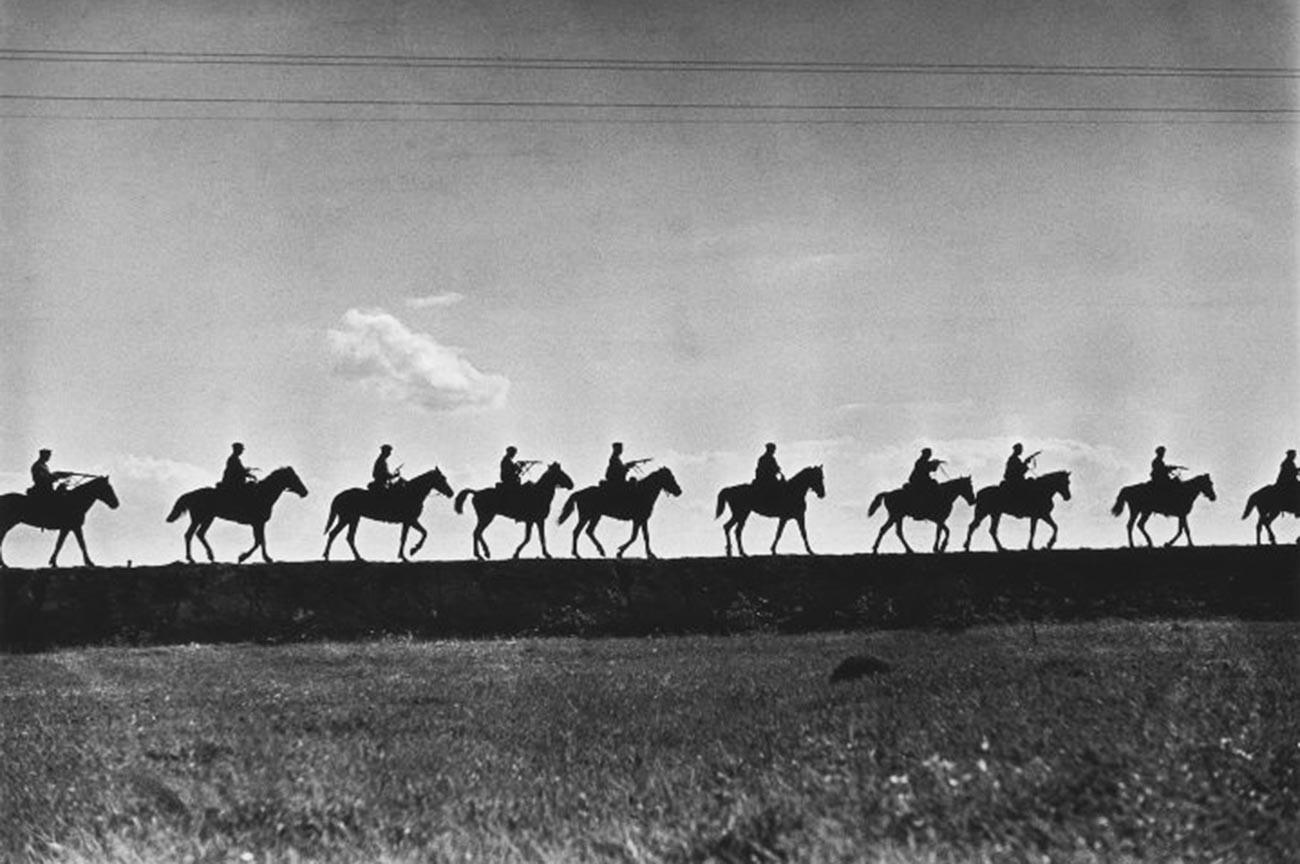 Съемка для книги «Первая конная». Цепочка кавалеристов в походе.