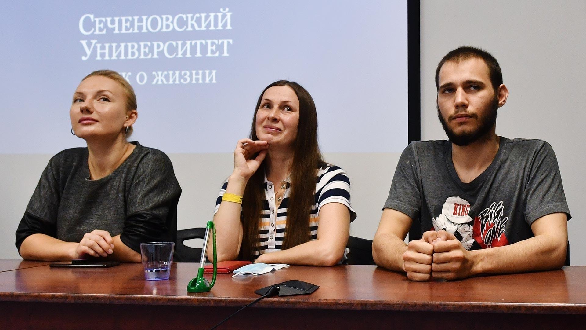 """Доброволците-испитаници во тестирањето на вакцината против КОВИД-19 на прес-конференцијата во Универзитетот """"Сеченов"""". Вакцинирани се на 18 јуни, а отпуштени се на 15 јули 2020 година. Пред отпуштањето беа сместени во Научно-практичниот центар за интервентна кардиологија на Универзитетот """"Сеченов""""."""
