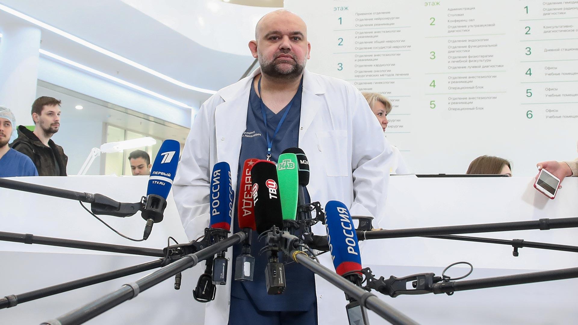 Денис Проценко, главният лекар на московска болница №40 в Комунарка, разговаря с журналисти в многопрофилния медицински център