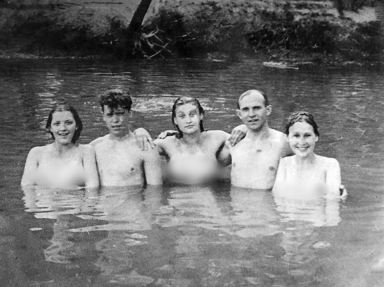 Miembros del Komsomol de la fábrica Standardbeton se bañan en el río Moskva, 1940.