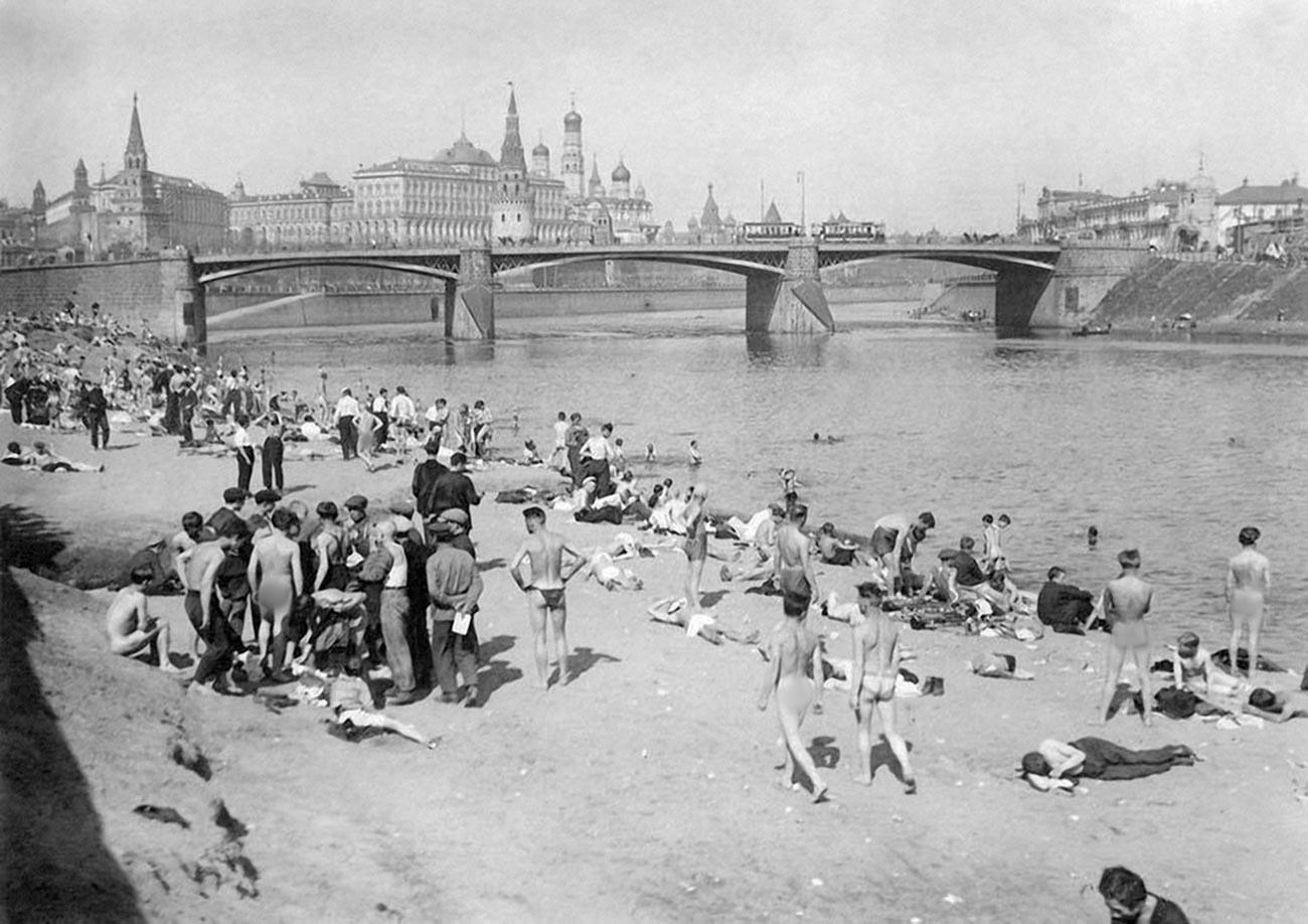 """Miembros del grupo """"Abajo la vergüenza"""" en una playa nudista, 1928."""