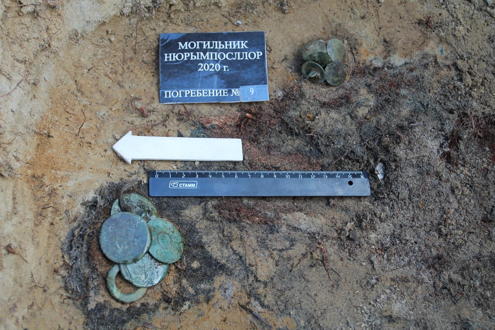 Plaques de cuivre et bouton dans une sépulture d'enfant. Fourreau en cuivre et couteaux en fer dans une sépulture d'enfant.