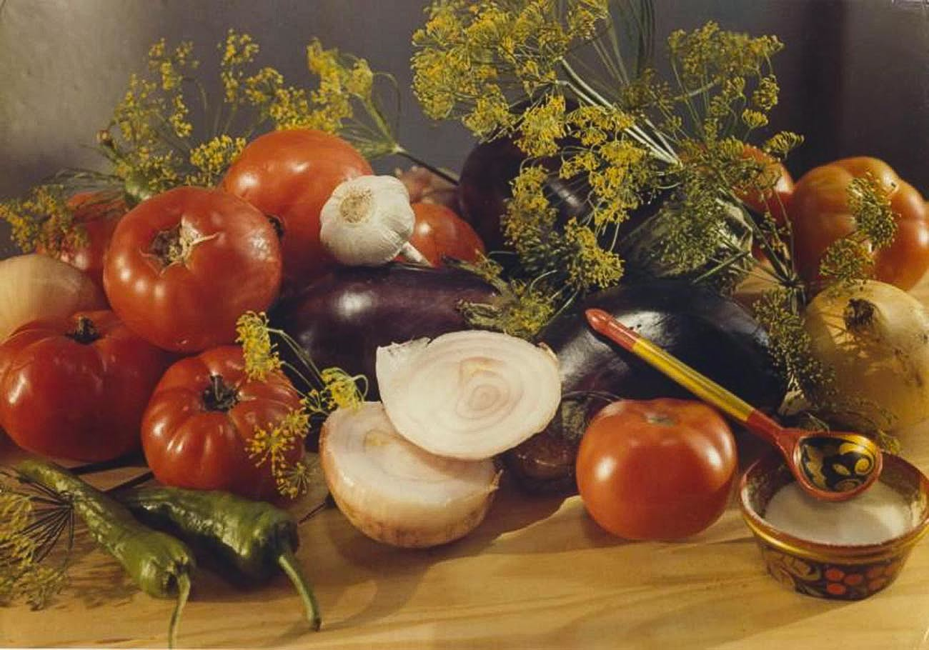 Savez-vous quelles sont ces fleurs décorant ce lot de légumes ? Il s'agit des fleurs de l'aneth, probablement l'épice la plus populaire de Russie ! (années 1980)
