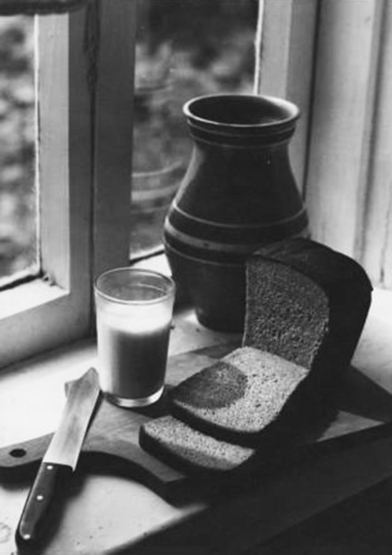 Du lait dans un pot en céramique et du pain noir, deux choses qui manquent aux Russes vivant à l'étranger (1978)
