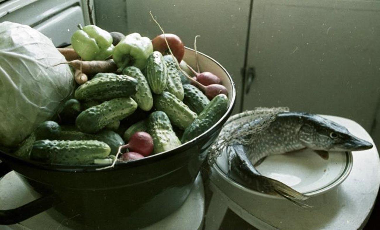 Des légumes s'apprêtant à être marinés et du poisson sur le point d'être fumé (1967)