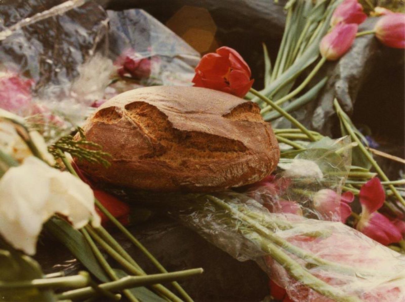 Si vous souhaitez prendre une photo de pain aguicheuse, placez la miche sur un lit de fleurs. (années 1970)
