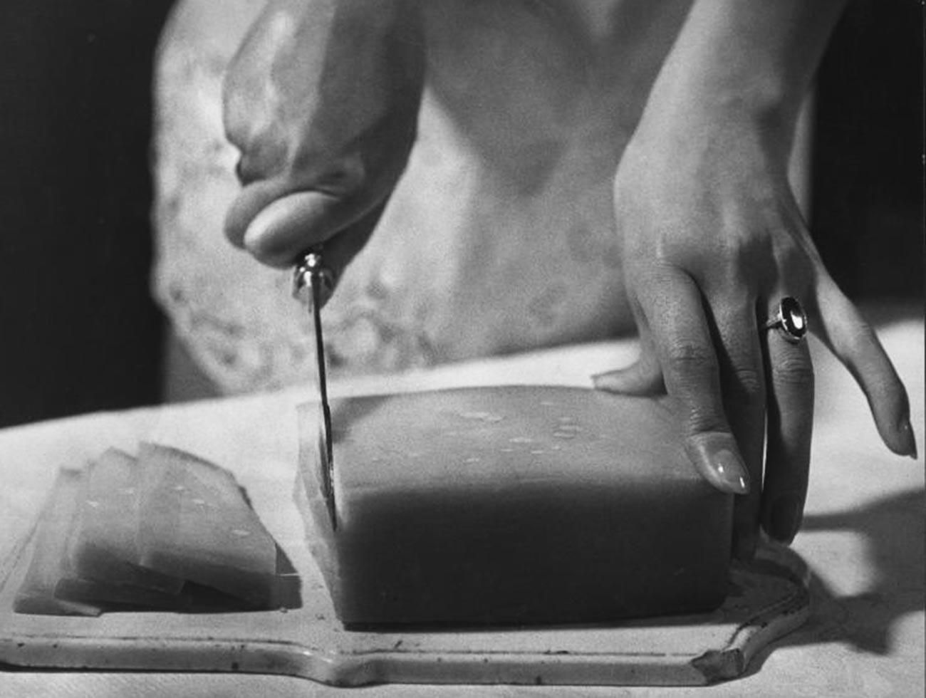 Il est difficile de déterminer précisément ce qui se trouve sous ce couteau : du beurre, du fromage ou encore du lard ? (1957)
