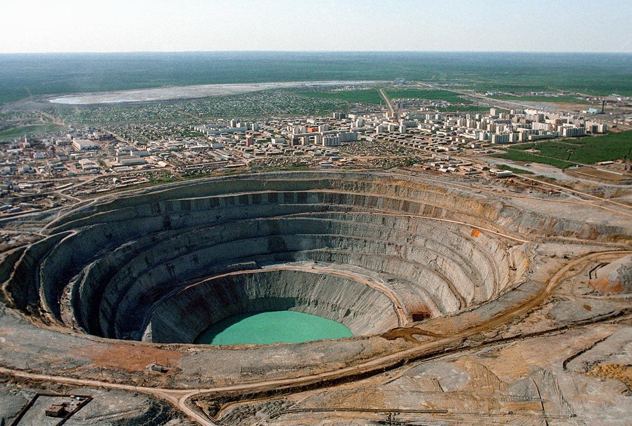 ダイアモンドが採掘されるミール鉱山(サハ共和国)