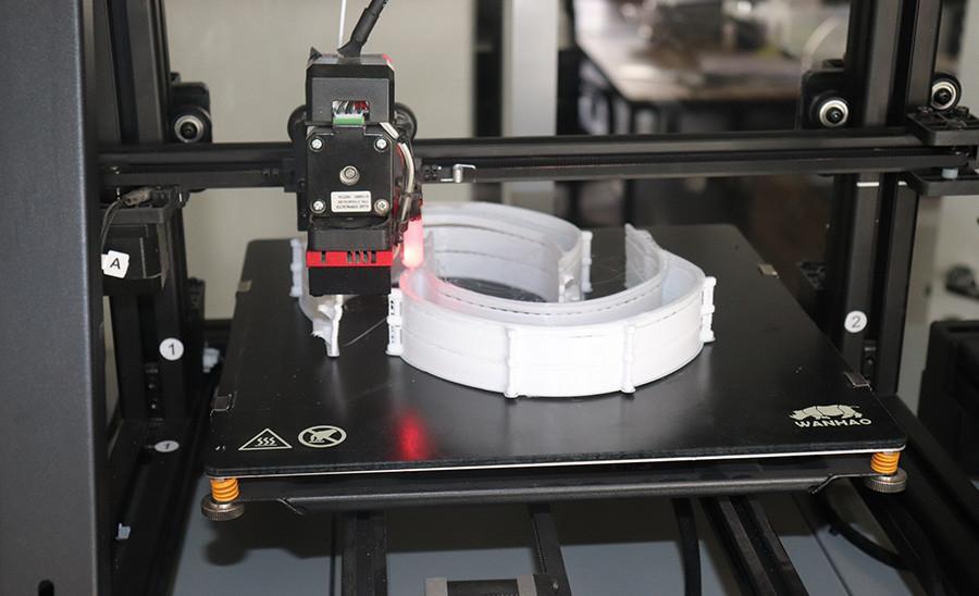 Pelindung wajah yang dibuat dengan mesin pencetak 3-D.