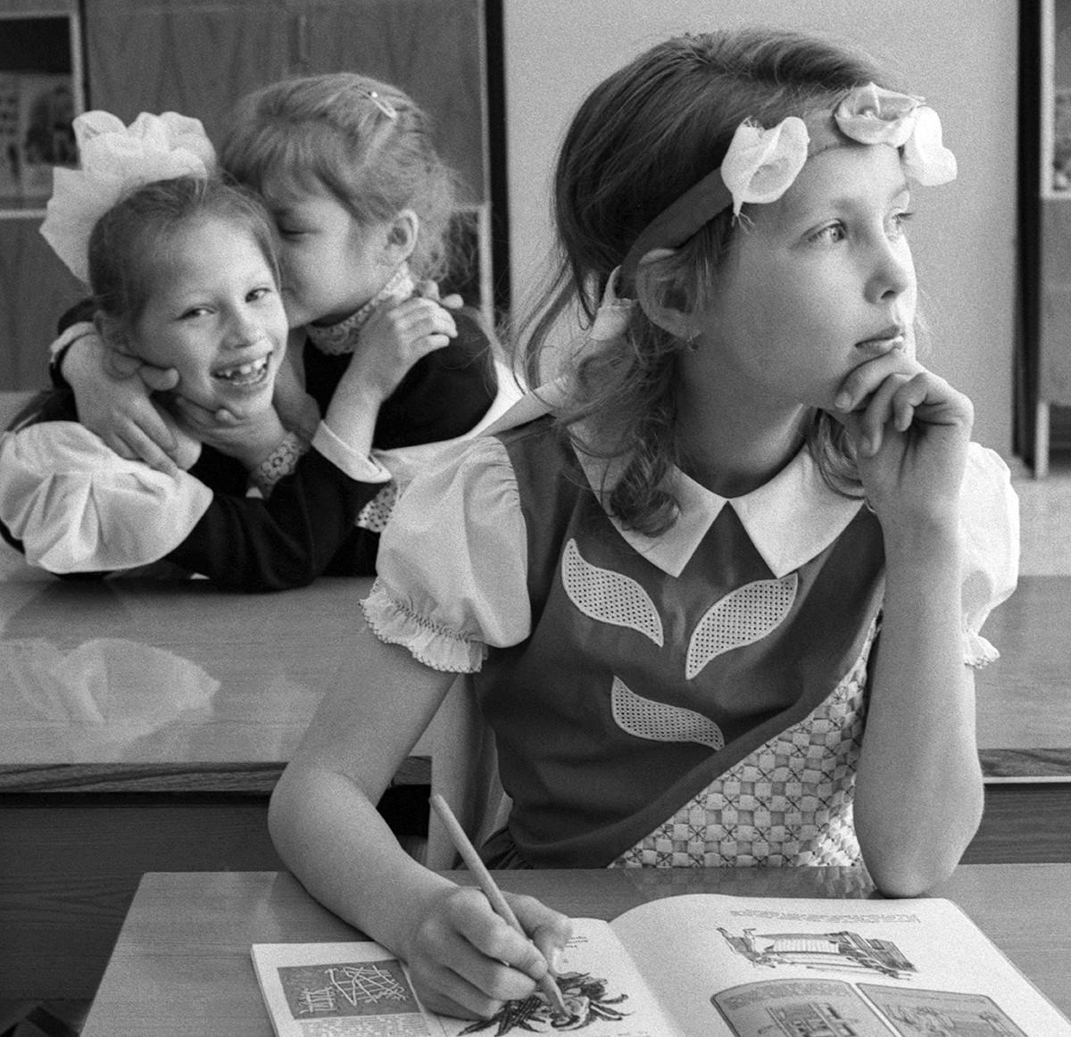 Първокласници на урок, СССР, Москва, 1 май 1990 г.