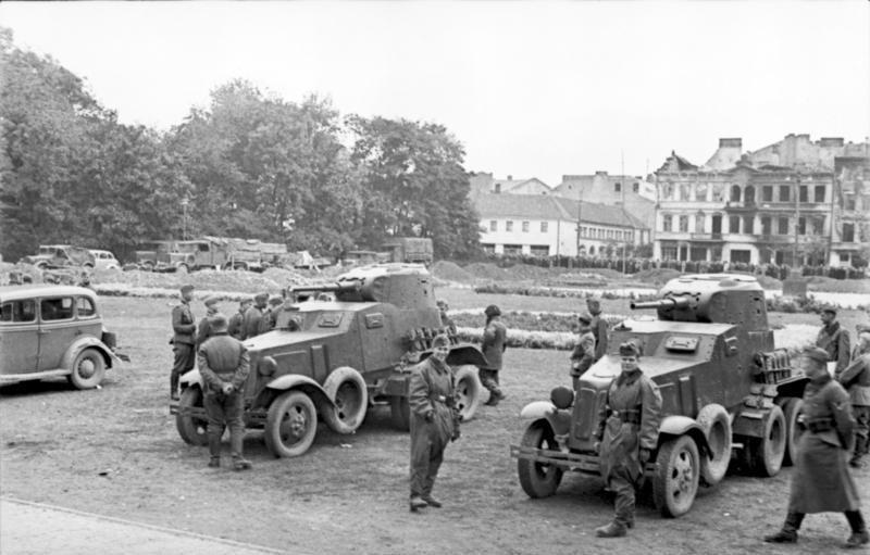 Oficiales soviéticos y BA-10 en Lublin, Polonia, 1939