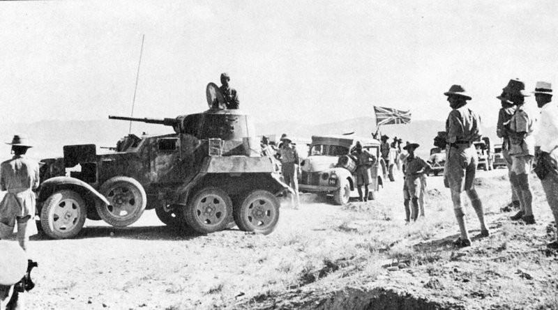1941. Convoy de suministros británico en Irán, encabezado por un vehículo blindado soviético BA-10. Una