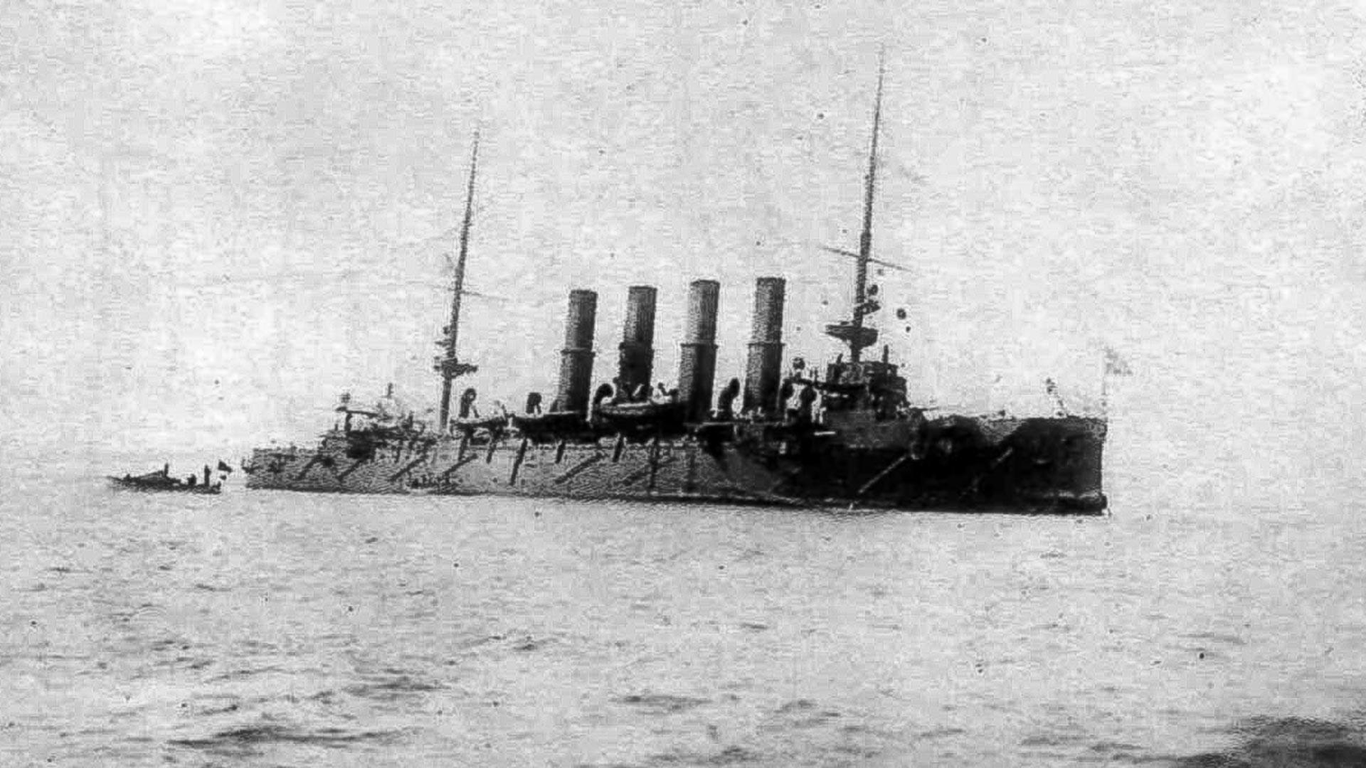 """Крстарица """"Варјаг"""". После битке брод се јако накренуо на леви бок."""