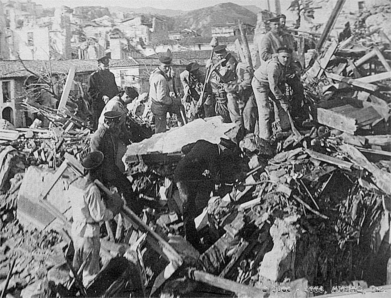 """Морнари са оклопњаче """"Слава"""" на рушевинама Месине, Италија."""