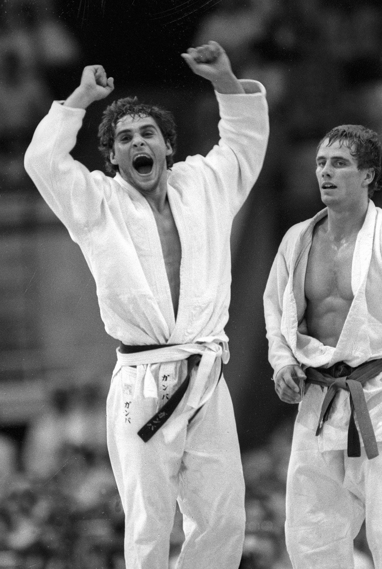 L'Italien Ezio Gamba, champion olympique de judo (à gauche)