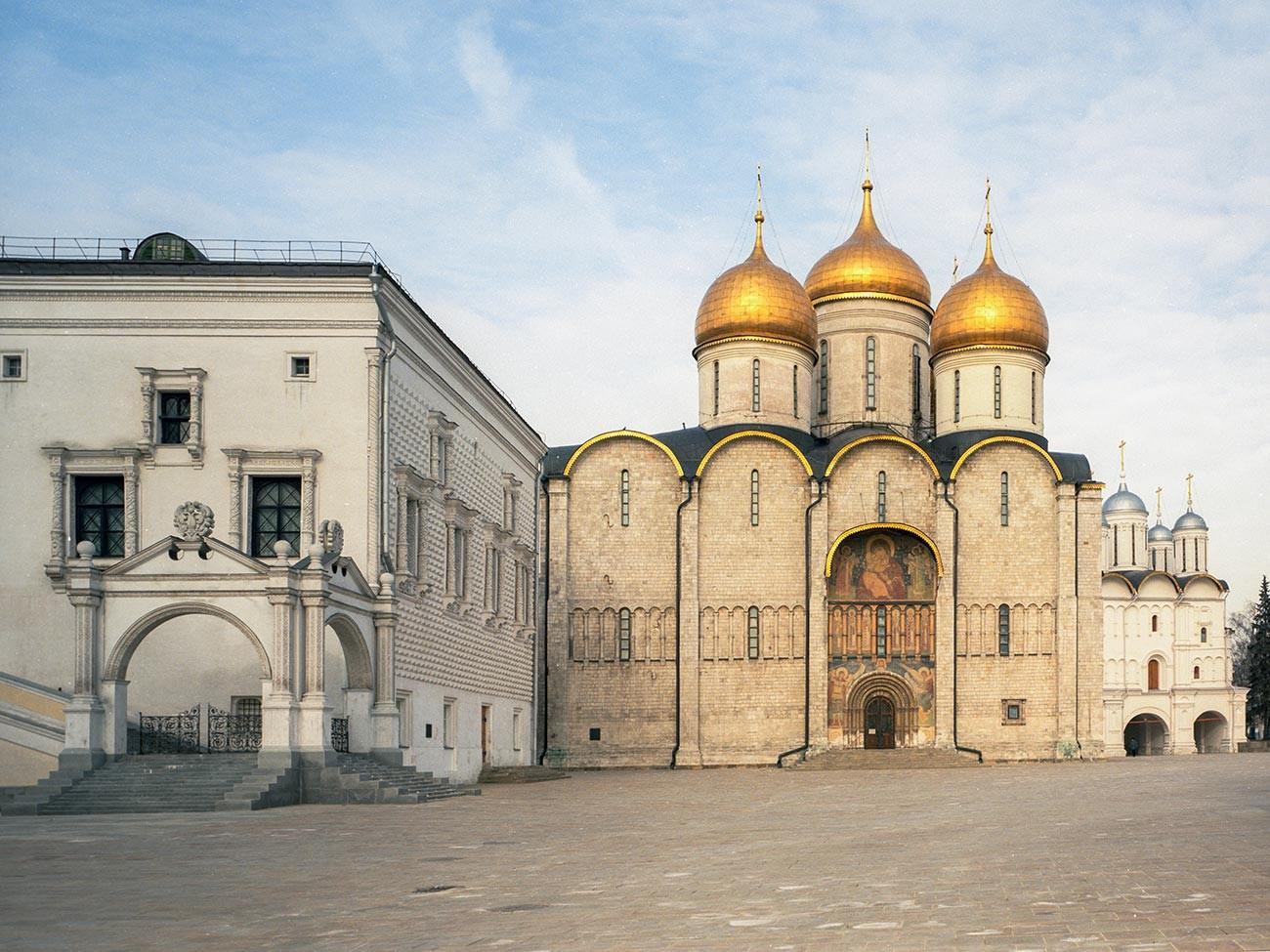Fasetna palača (L) in cerkev Marijinega vnebovzetja (D)
