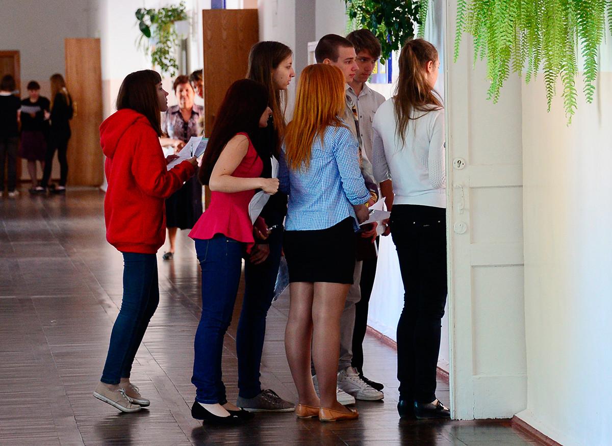ロシアの学生が統一国家試験の受験前