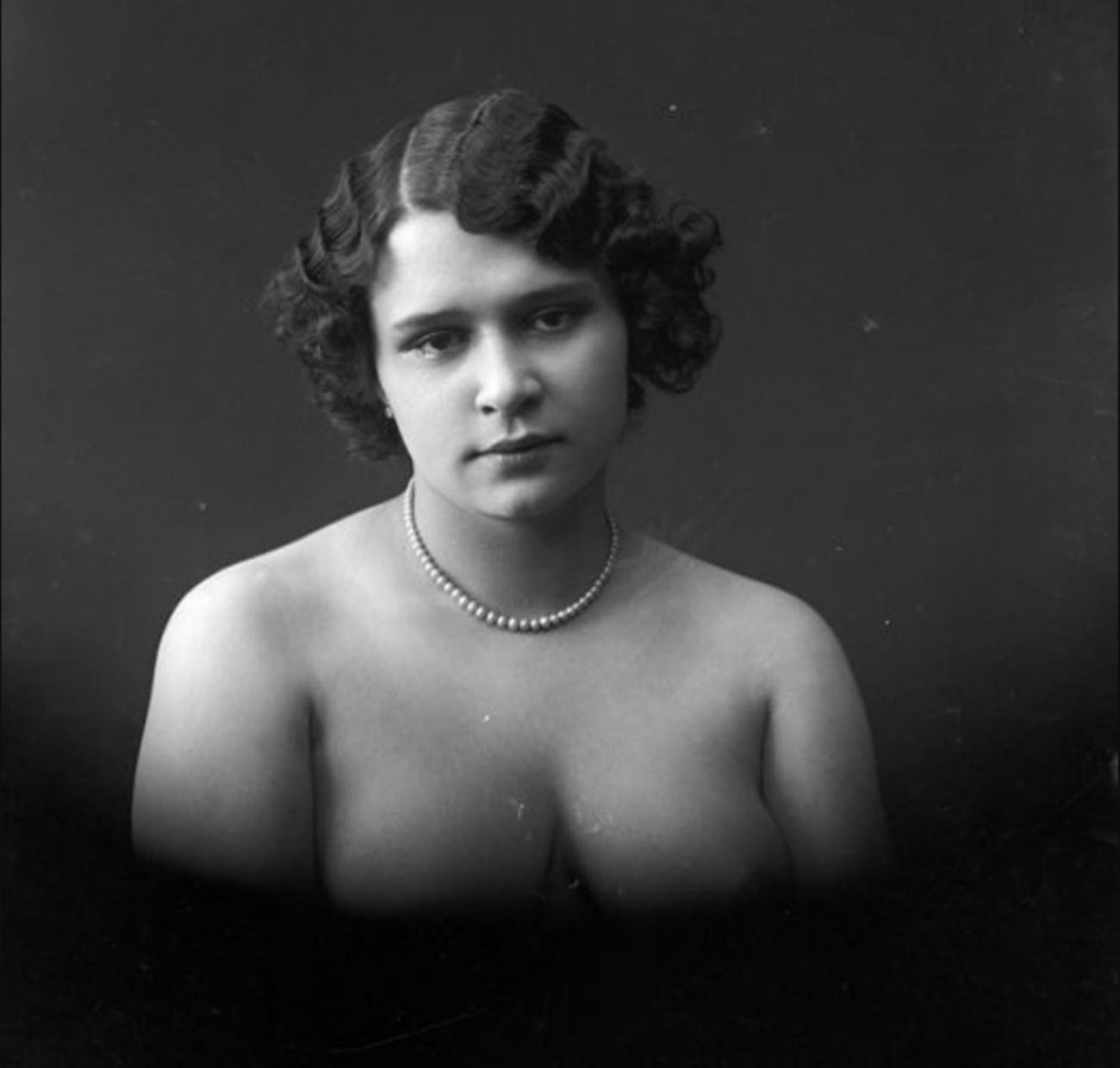 """Kniajikhina, uma """"chansonette"""" da Feira de Níjni Nôvgorod. Foto tirada entre 1895 e 1905."""