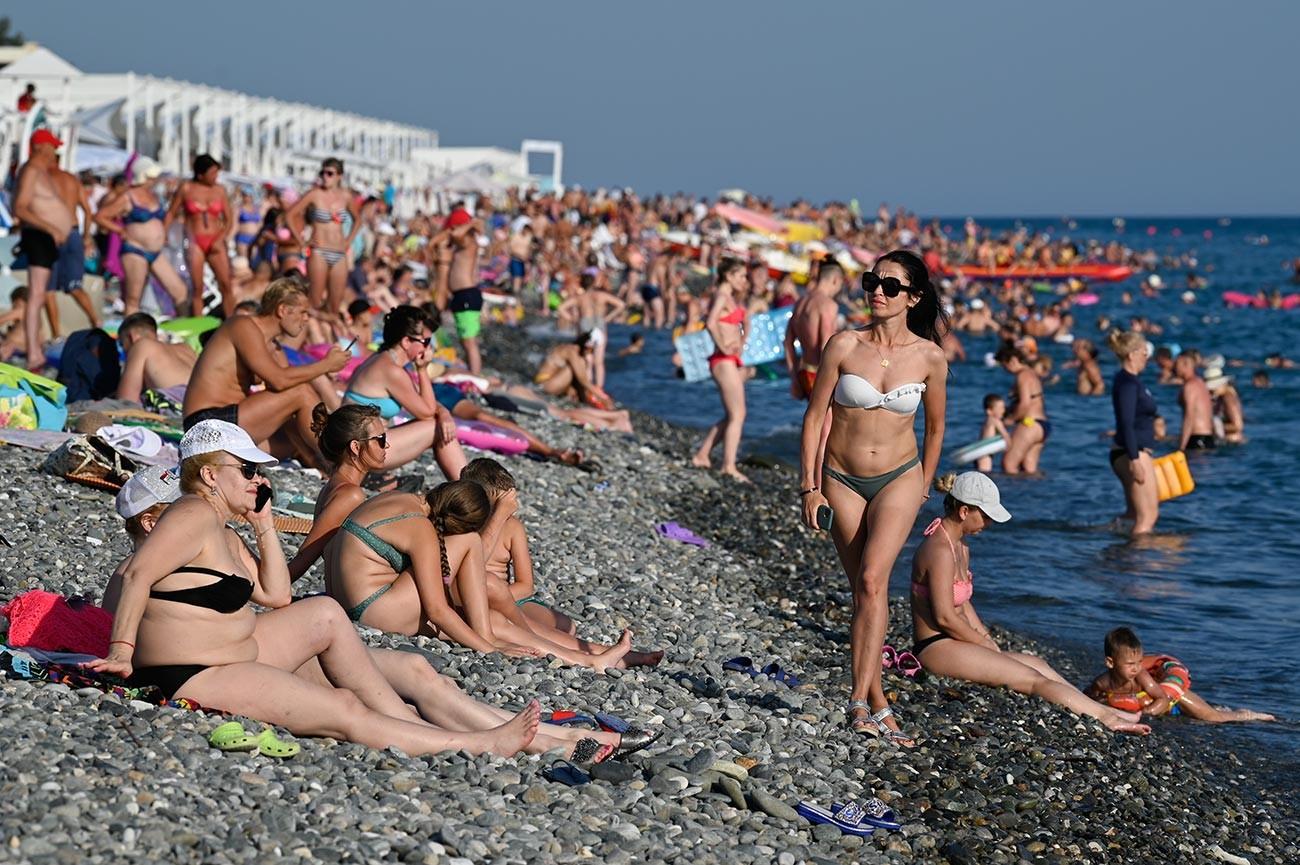 Почиващи на плажа в района Адлер в град Сочи