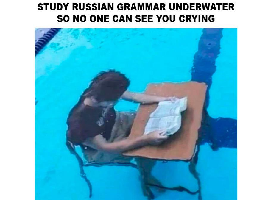 泣かない様子が見えないように、水に沈んでロシア語の文法を学ぶ