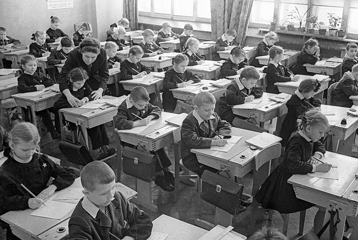 Ученики на занятиях в первом классе московской школы №315. 1964