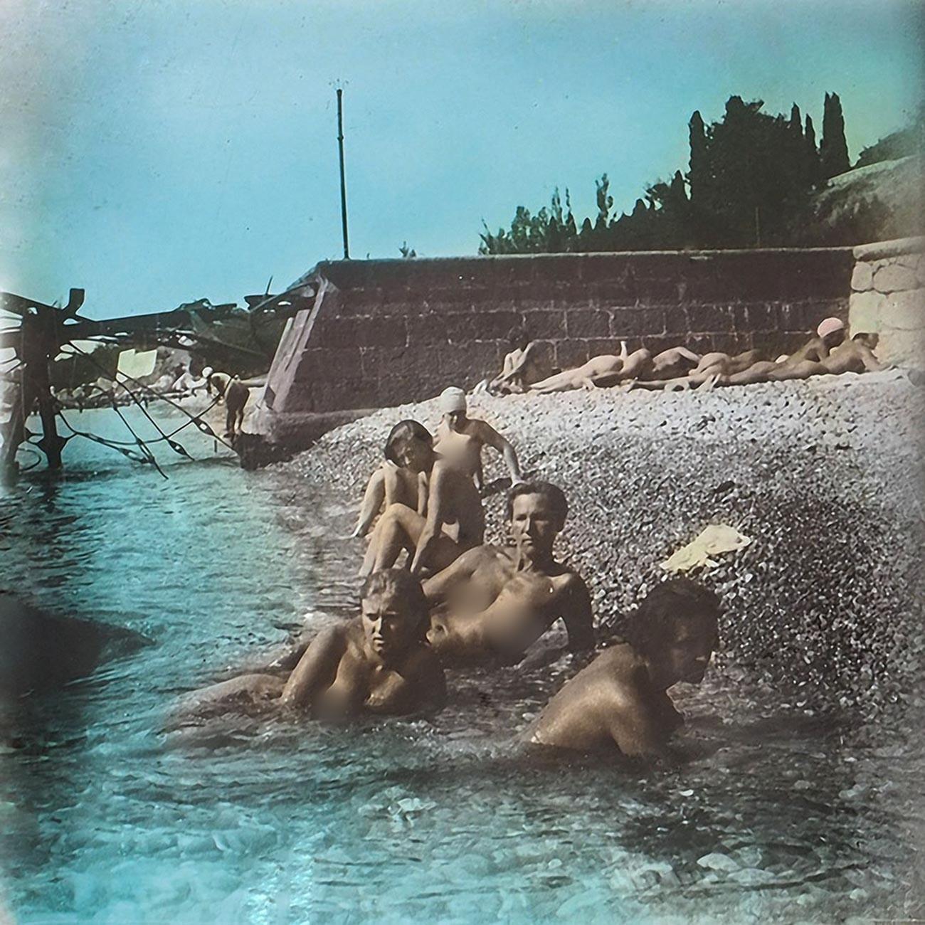 Nackte Arbeiter und Kollektivbauern an einem Strand auf der Krim, 1931.
