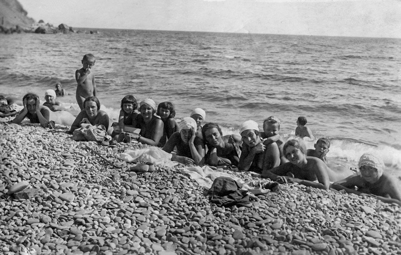 Nackte Arbeiterinnen einer Fabrik mit ihren Kindern im Urlaub auf der Krim, 1932.