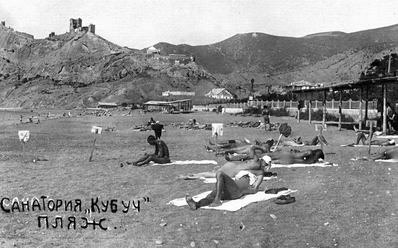 Urlauber am Strand des Kubutsch-Sanatoriums auf der Krim, 1932.