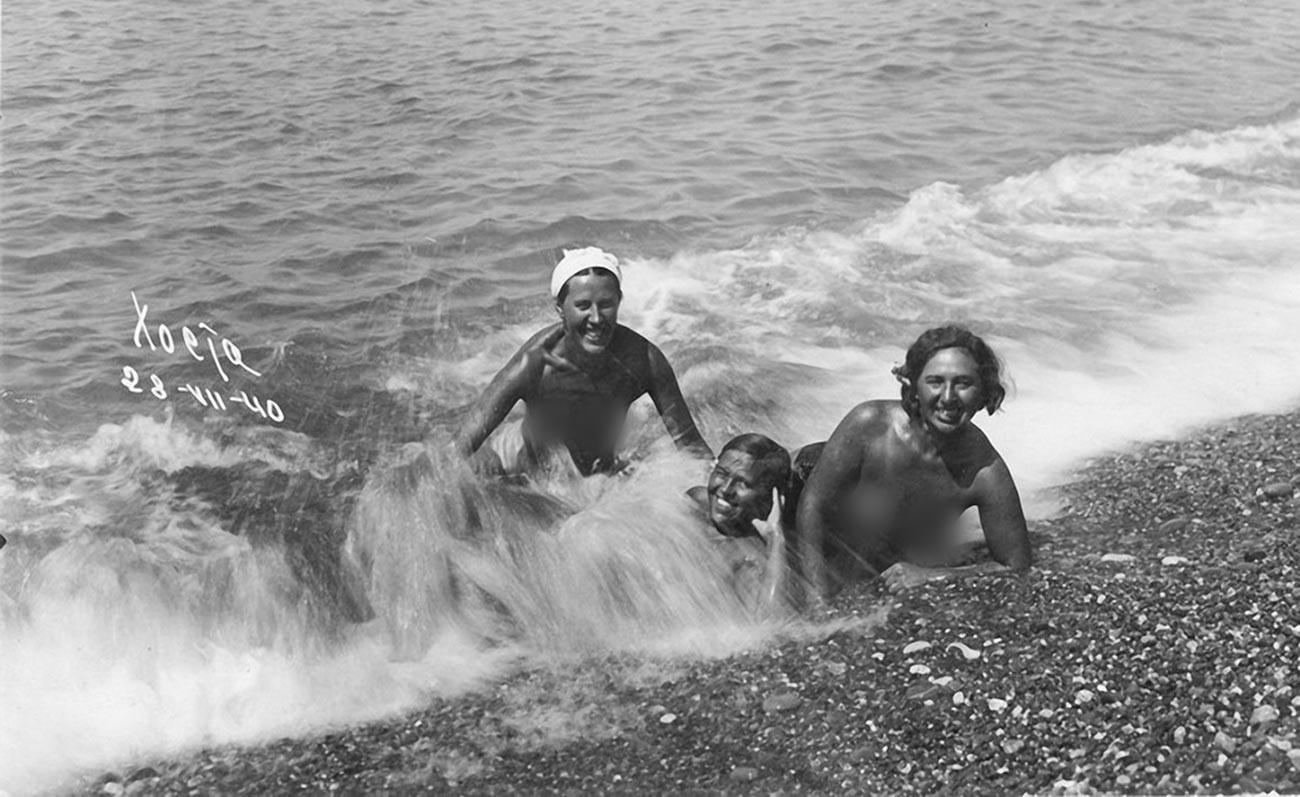 Nackte Urlauber an einem Strand in der Nähe von Sotschi, 1940.