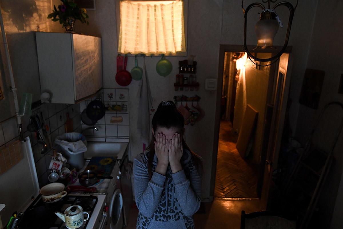 Moscovita Aleksandra, 26 anos, é uma das vítimas de violência doméstica