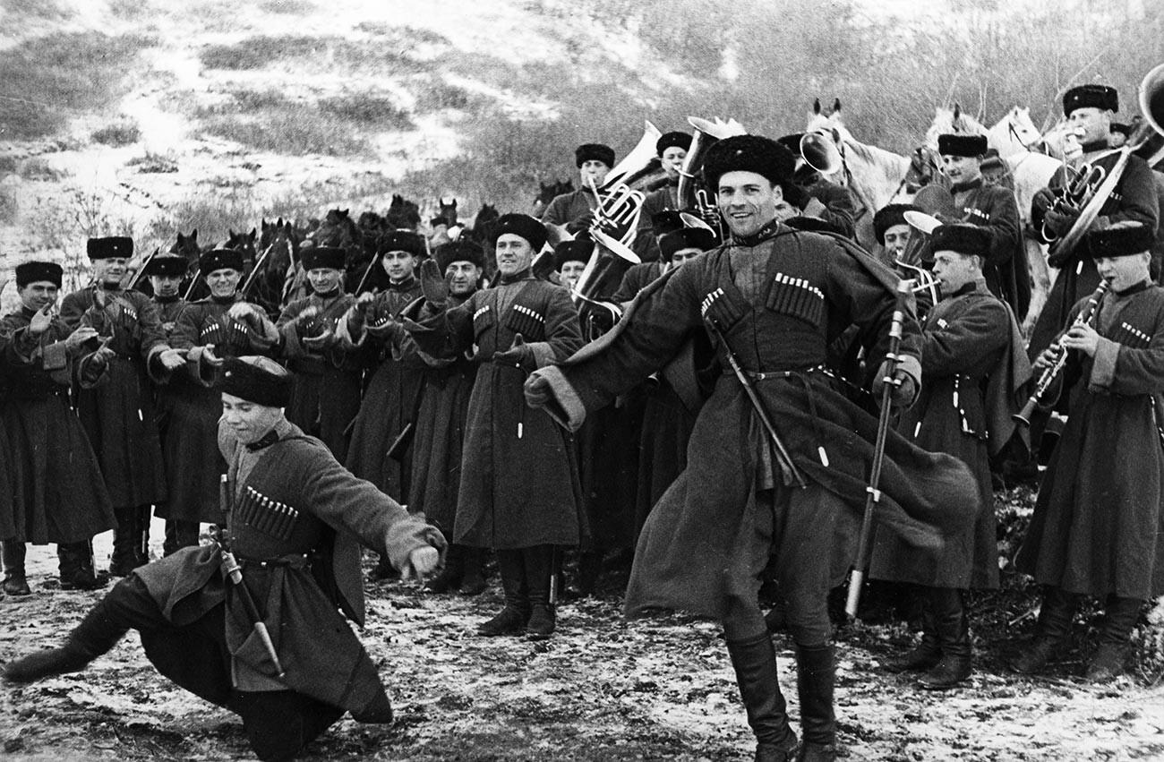 Des cosaques de l'Armée rouge profitant d'un moment de repos pour s'adonner à une danse traditionnelle