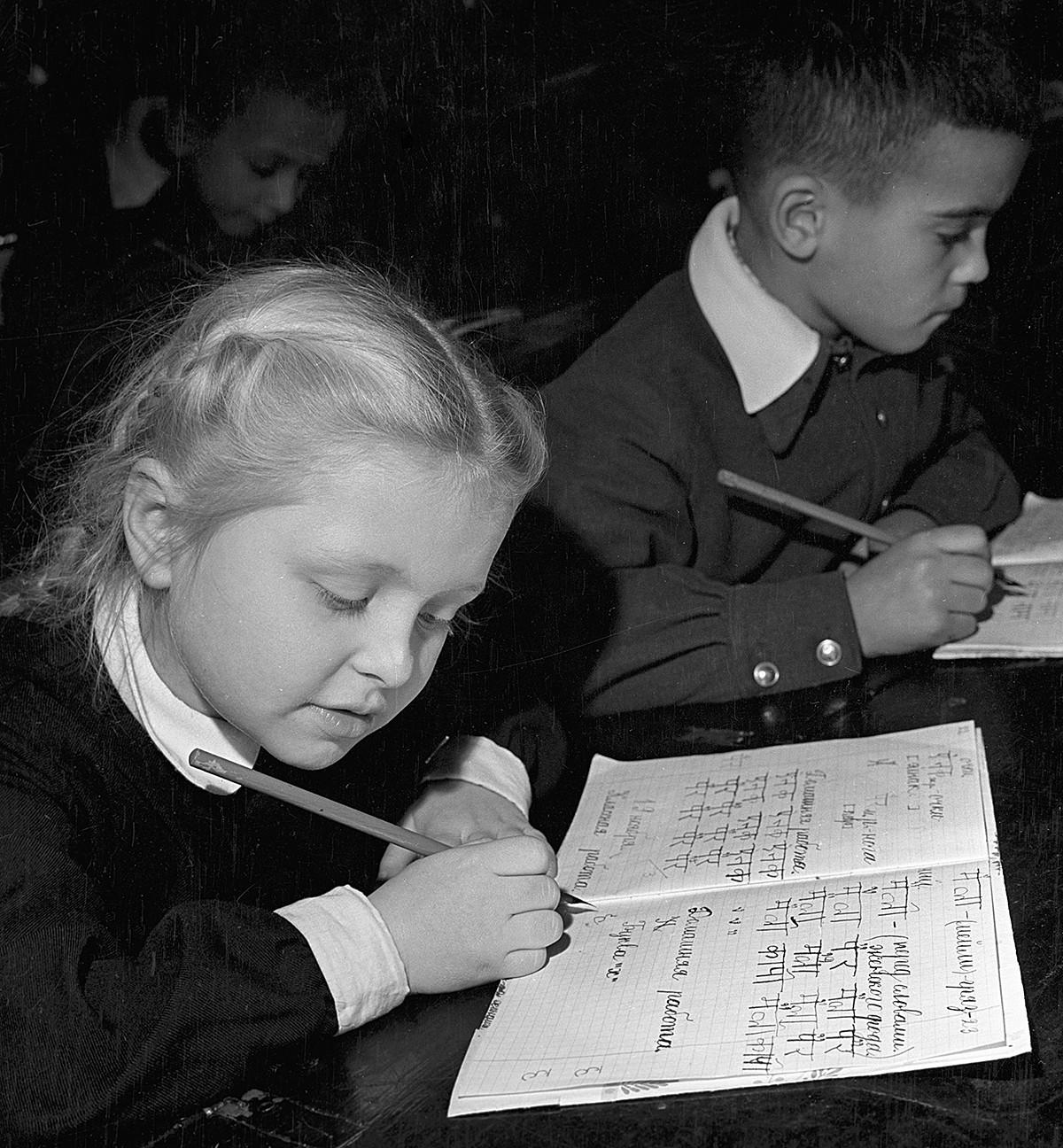 Šolarji pri pouku. 1959