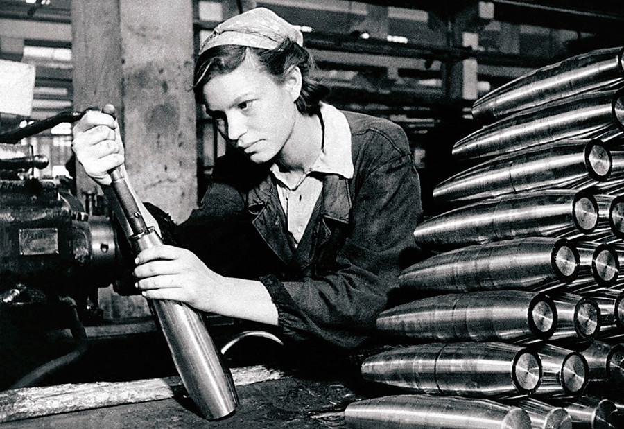 Di pabrik pertahanan. A.M. Maryashina, seorang buruh gerakan Stakhanov, sedang bekerja.