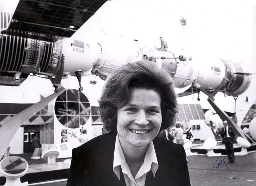 Valentina Tereshkova, perempuan pertama di ruang angkasa, di sebuah pameran teknologi antariksa Soviet.