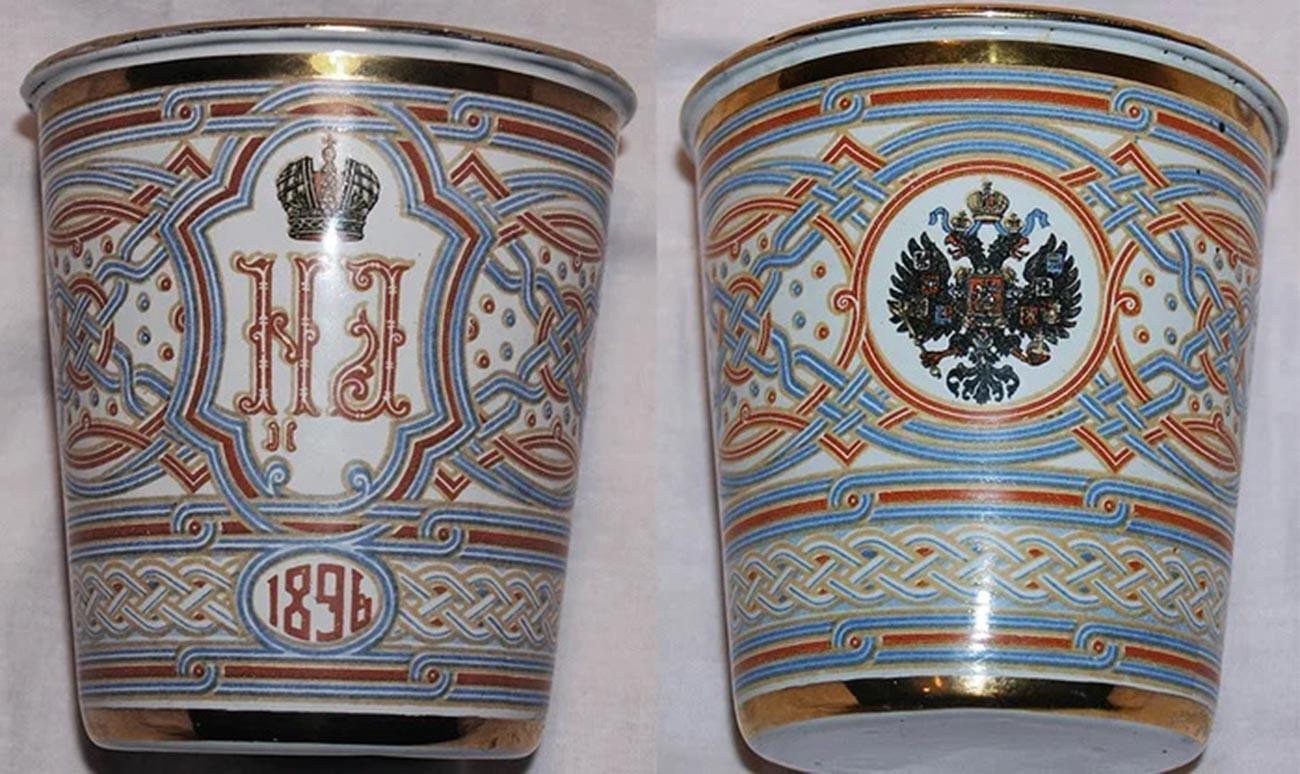Un gobelet en métal émaillé distribué à Khodynka